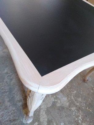 Table en merisier, finition vernis mat incolore et noir satiné