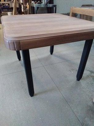 Table carrée, plateau vernis mat incolore et ses pieds noirs satiné.