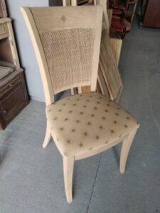 chaise décapée avec une assise et un cannage