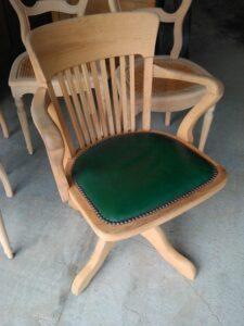 chaise pivotante en bois et cuir décapé par aérogommage