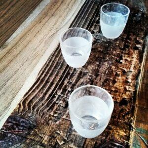 table décapé et sculpté avec ses verres gravés