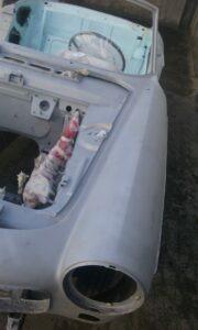 Décapage par Aérogommage d' une carrosserie de Peugeot 404 cabriolet.