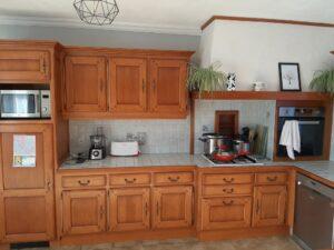 décapage et peinture d' une cuisine en bois ancienne
