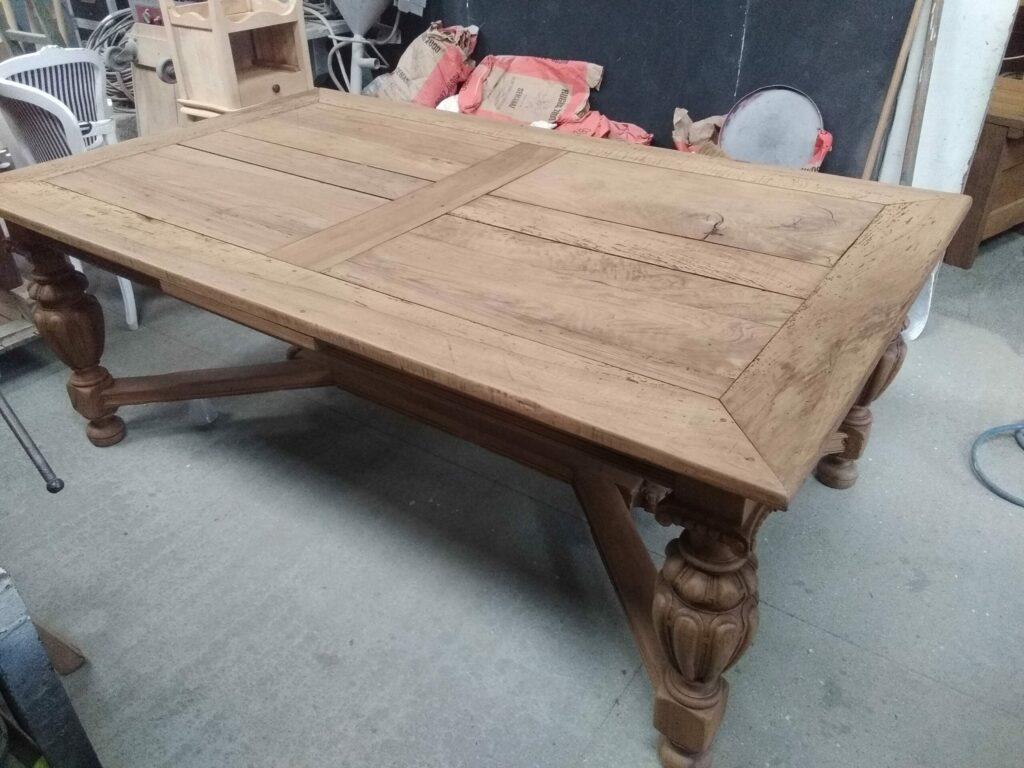 table en chêne ancienne, vernis incolore.