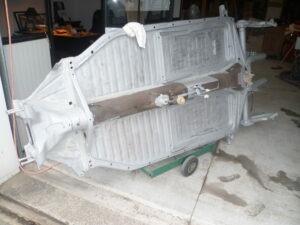 décapage d' un plancher de volkwagen coccinelle
