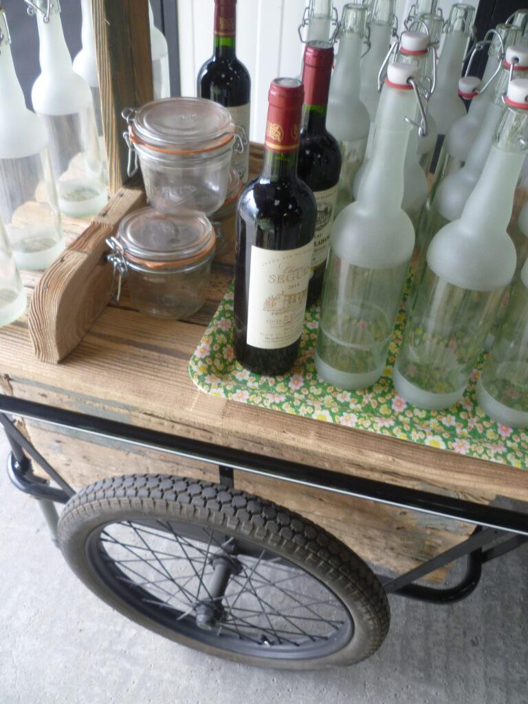 bouteilles limonade et bocaux en verre gravé.