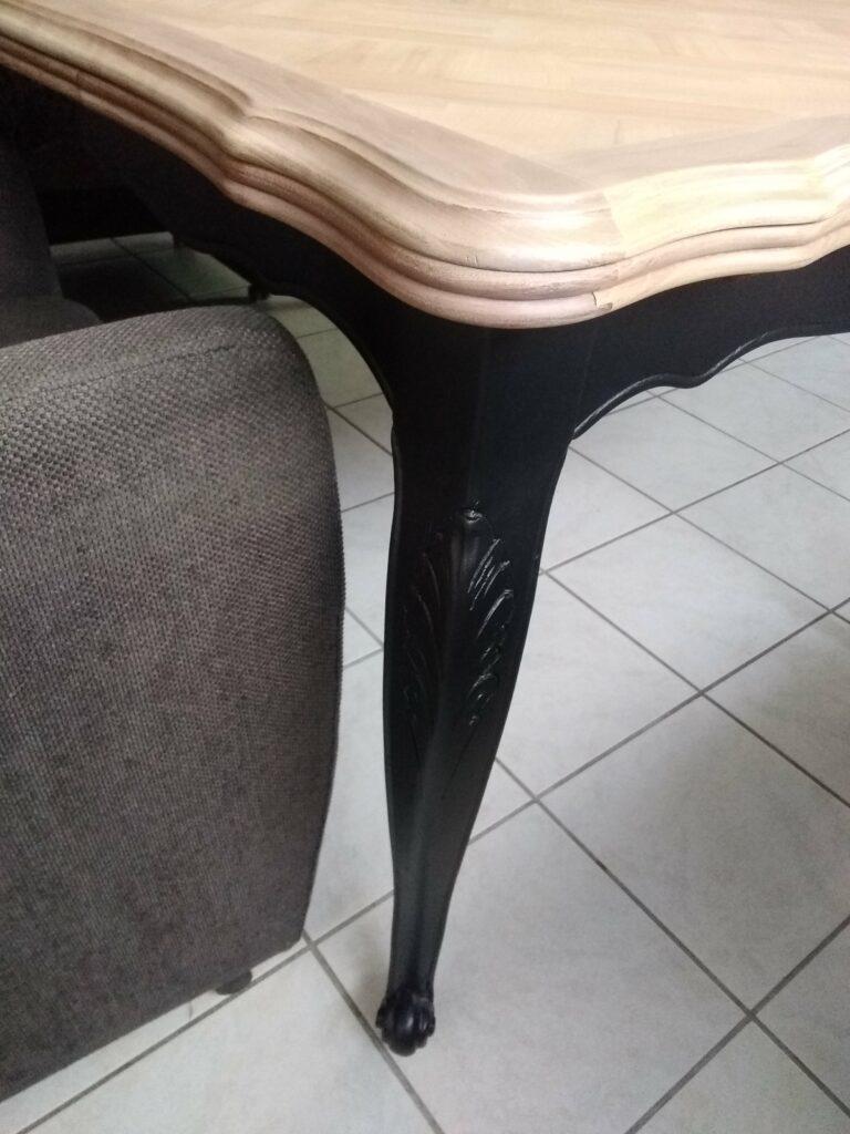 Table en merisier décapé par aérogommage et sa finition incolore et noire satiné.