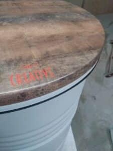 Plateau de table Arizona de diamètre 60 cms sur baril déco blanc.