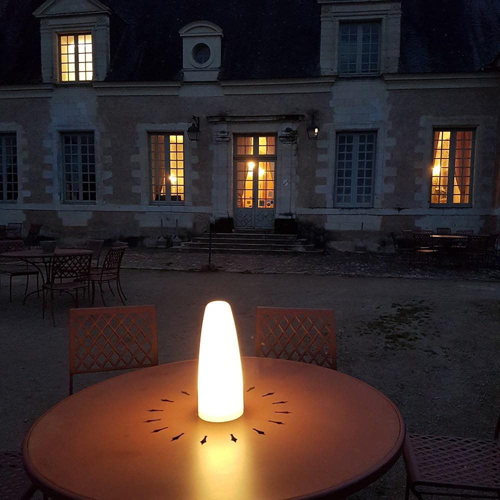 Lampe Paranocta sur une table de réception
